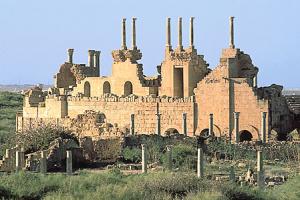 Vue de l'extérieur de l'amphithéâtre romain détruit à Leptis Magna, en Libye