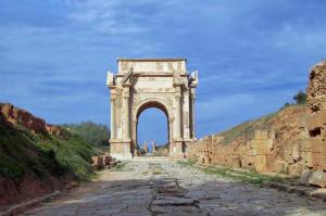 La route romaine qui traverse le long d'Africa et passe par l'Arc de Sévèrus en direction de Tripoli