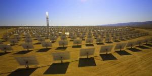 Centrale électrique solaire future dans le désert libyen